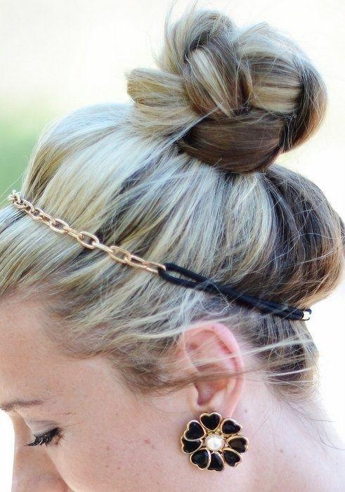 IDEA DI STILE: - Spruzza i capelli con una lacca a fissaggio forte. - Fa' una coda alta e morbida e poi fanne una treccia. - Avvolgi la treccia su se stessa e fissala alla base con le forcine. - Scegli una fascetta per metà elastica e con inserti colorati o in metallo e posizionala a metà della testa. Et voilà! Un look sofisticato in pochi, semplici passaggi :)  #acconciature #capelli #hairdo #stile #femminilità