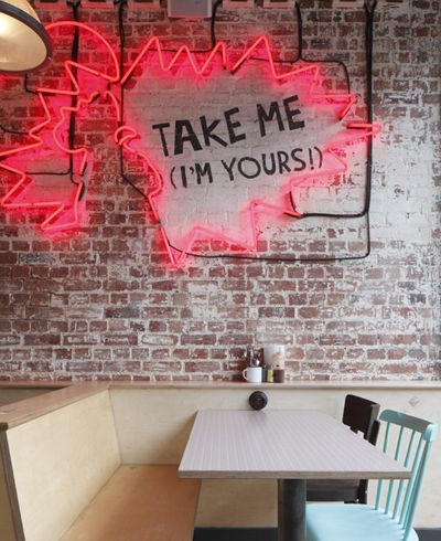 Un estilo neon, diseño de interiores, para un ambiente muy sofisticado. Consigue una foto de tu restaurante en risitafoto.com Quito-Ecuador