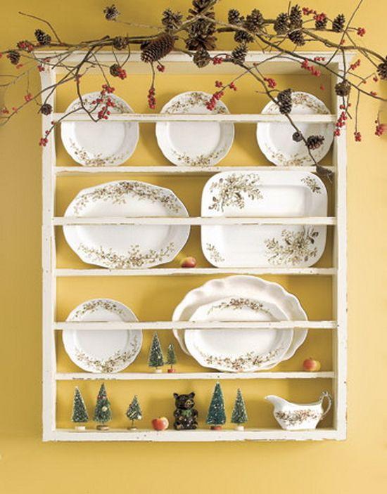 теплый фото полок с декоративными тарелками так