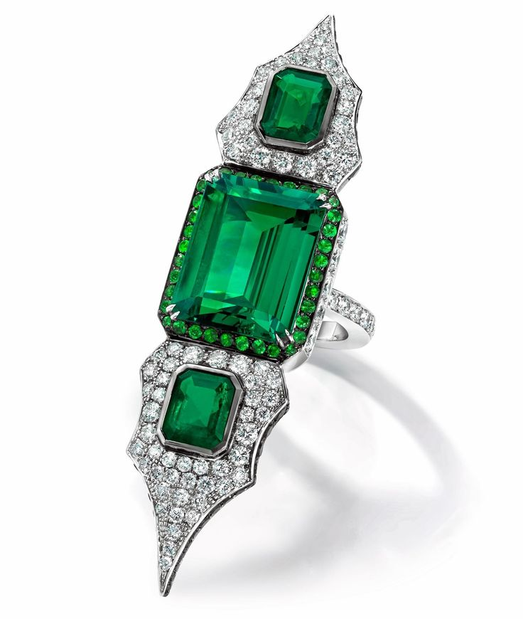 Anna Hu Haute Joaillerie emerald ring from the Modern Art Deco collection in white gold set with three Colombian emeralds, round brilliant-cut white diamonds and tsavorites.