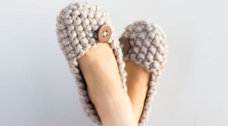 Wendy Bernard teaches you to make knitted slippers using bulky yarn and large knitting needles with a nubby Seed Stitch pattern and a button accent. This knitting project is great for beginning knitters who want to practice shaping and stitch patterns. - Creativebug