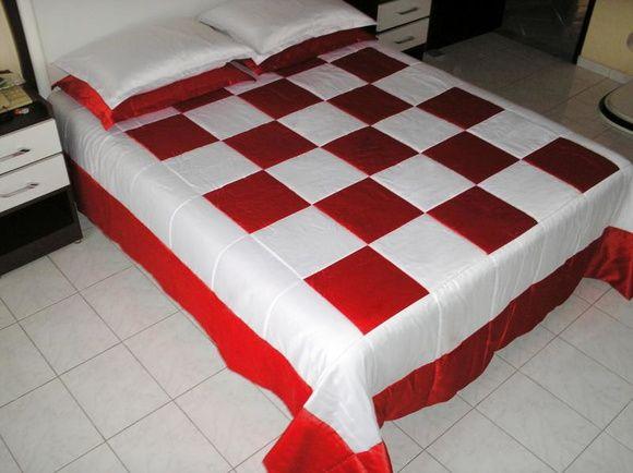 1 Colcha em Patchwork - Modelo XADREZ G - Vermelho/Branco - Casal Padrão (2,40 x 2,40m) - em cetim de Decoração - manta acrílica e forro em algodão.  02 Capas de travesseiros ( 0,50 x 0,70m )
