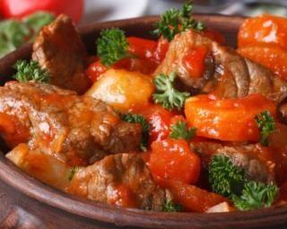 Mijoté de boeuf maigre façon bourguignon à la tomate : http://www.fourchette-et-bikini.fr/recettes/recettes-minceur/mijote-de-boeuf-maigre-facon-bourguignon-la-tomate.html