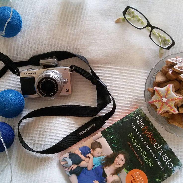 Taka piękna dzisiaj pogoda a my musimy w domu siedzieć ze względu na infekcję w oskrzelach 😕. Przynajmniej mamy czas na czytanie i zdjęcia do nowych wpisów 😁  #fotoapparat #fotooftheday #picoftheday #olympus #olympuspen #pengeneration #mypen #home #mayimbialik #book #bookstagram #ksiazka #instabook #cottonballs #pierniki #gingerbread #olympus