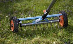 Rasen richtig vertikutieren -  Vertikutieren im Frühjahr beseitigt Moos und Rasenfilz. Die Gräserwurzeln bekommen mehr Sauerstoff, der Rasen wird dichter und strapazierfähiger.