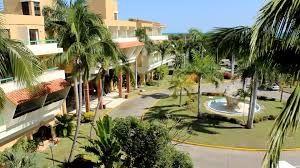 Hermosa vista de la entrada al hotel Sol Sirenas Coral