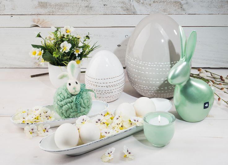 Kreative Oster Dekoration in der Farbe #Mint . Dazu passend #Keramikeier in #beige und #weiß Stiefmütterchenköpfe
