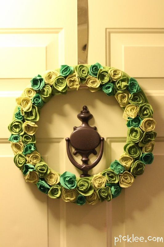 This is a SUPER simple DIY-reminds me of the Fall wreath by  @Joelle Cannon--St. Patty's Irish Rose Wreath {DIY}