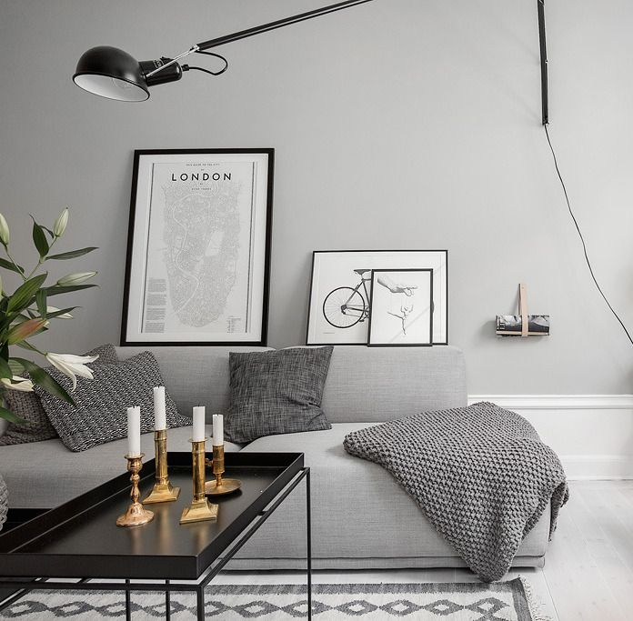 Gorgeous home with grey walls - bank sofa wood interior interiorinspiration hall pastel wooninspiratie interieur interieurinspiratie styling interieurstyling grijs