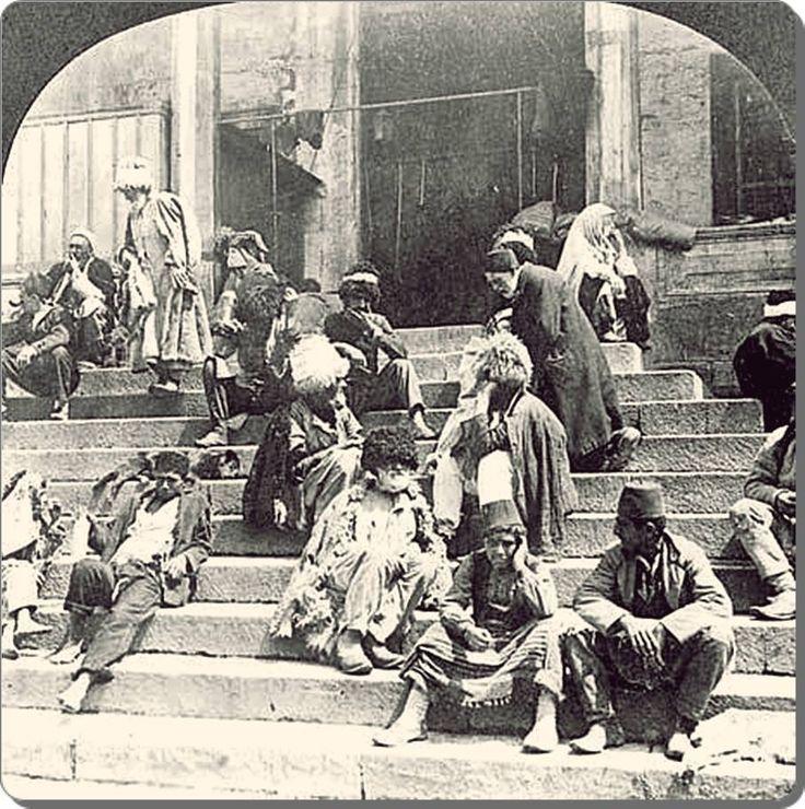 Rusya 1917 Devrimi'nden sonra kaçarak istanbul'a gelen Kafkasyalı Çerkesler Eminönü Yeni camii önünde