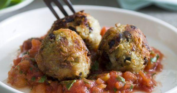 Vegetarische balletjes met noten in tomatensaus