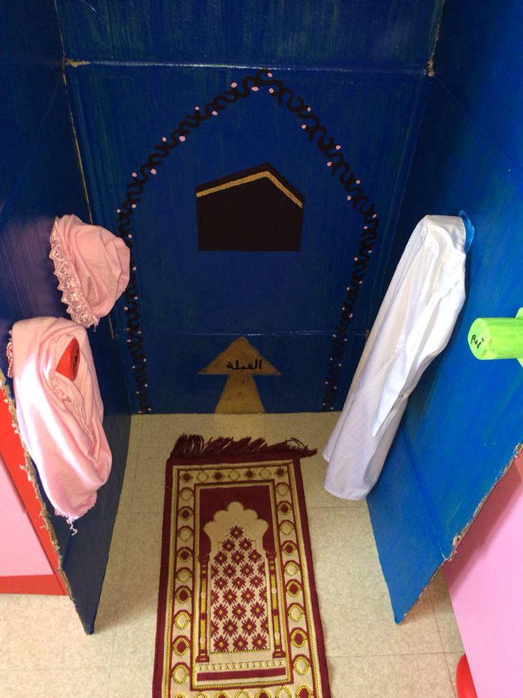 As-salãmu `alaykum wa Rahmatu Llãhi Voici nos portes hijab et qamis que l'on a installé dans notre coin salat On prend avant de prier puis on repose après la prière. Il faut prendre soin de ses affaires n'est ce pas? Hyper mega simple : des pots de yaourt,...