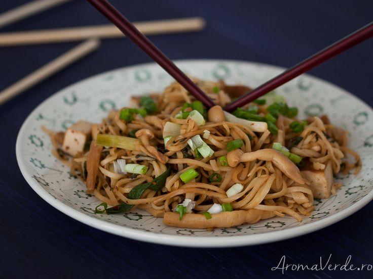 Mix de ciuperci cu tofu și noodles de orez