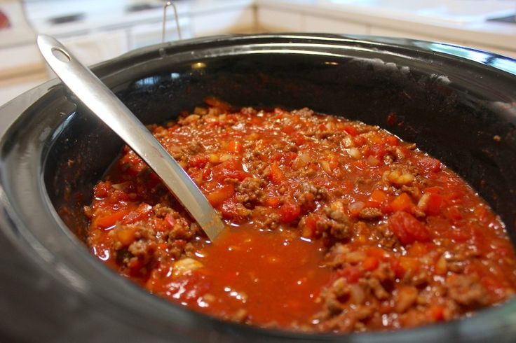 Easy Slow Cooker Chili - just throw your chili ingredients into the crockpot in the morning and have a hot meal ready for dinner!