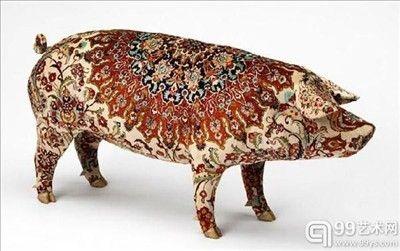 猪怎么了艺术家。身价达百万的纹身猪,比利时艺术家WimDelvoye从20世纪90年代以来一直在做一件事情,那就是给猪纹身,WimDelvoye在北京的养猪厂饲养了大约一百头猪,并在猪身上纹上西方风格的图案或中国传统图案等。当这些猪慢慢长大后,他把这些猪当成纹身猪皮或者纹身标本猪售卖,据介绍,国外的收藏家和画廊喜欢收藏这种纹身猪皮,一张价格最高可达100万元。#pig#tatoo