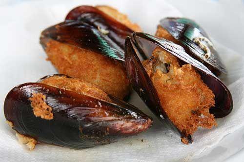 Le cozze arraganate sono una gustosa ricetta pugliese a base di cozze nere molto semplice da realizzare. Le cozze sono gratinate al forno con pangrattato.