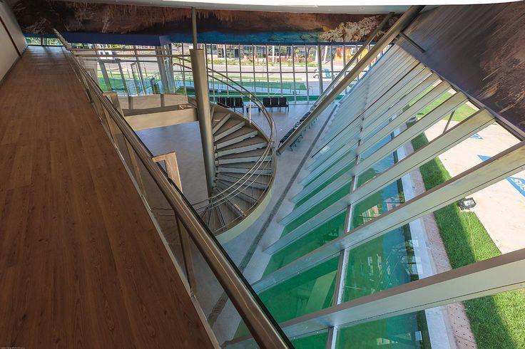 Os dois níveis são conectados por uma escada em espiral, queparte do lobby