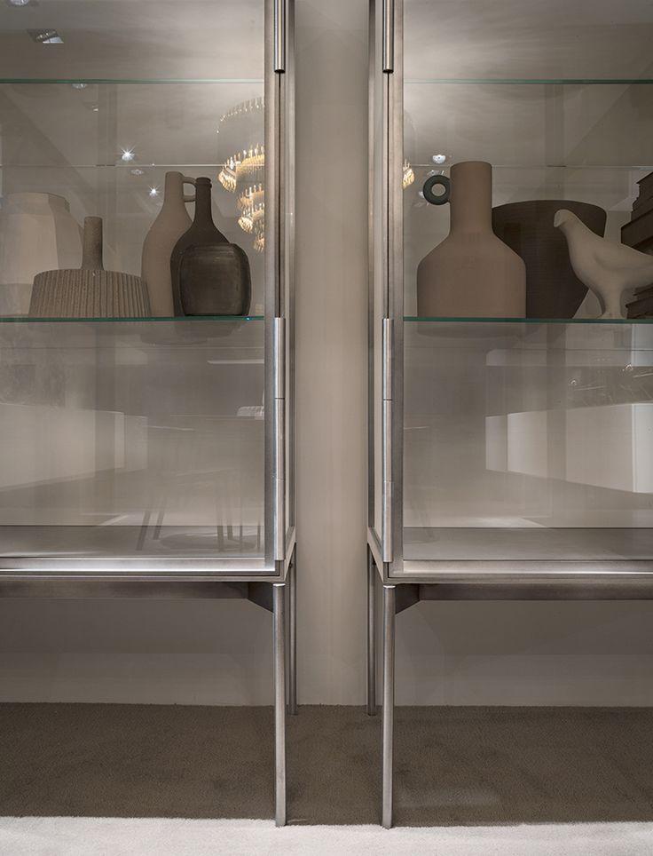 La qualità estetica della produzione Lema si legge in ogni più piccolo particolare. Come nella vetrina Galerist (design Christophe Pillet), elegantemente leggera e trasparente grazie all'involucro in sottile alluminio e vetro extrachiaro: le cerniere delle ante, in metallo trattato per ottenere una tinta profonda e piena, si trasformano in sofisticato dettaglio, funzionale ed estetico nel contempo. Misure L 113 x H 172 x P 56 cm.