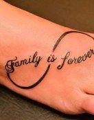 Es un tatuaje en forma de lazito con una pequeña frase donde resalta el valor y el amor por tu familia , es muy simple y muy bonito una buena opción para representar el amor familiar .