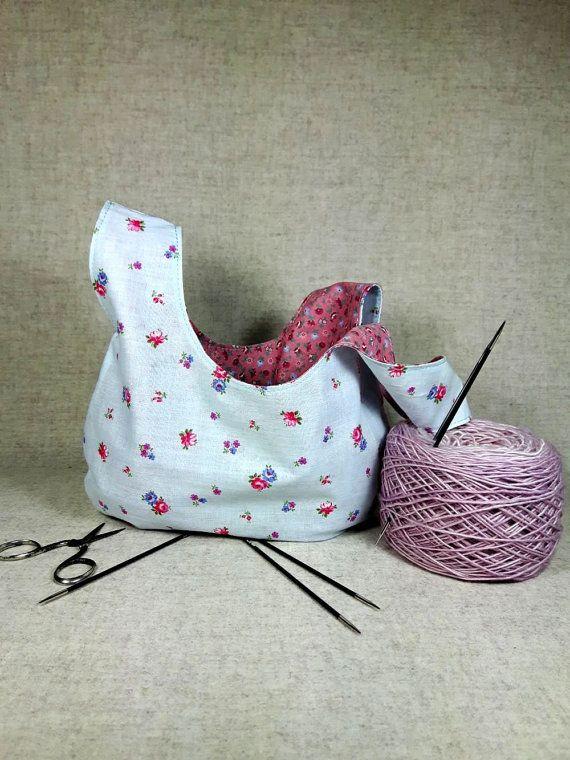 Japanische Knotentasche fürs Sockenstrickzeug oder Häkelprojekt. Kleine Variante Aussen Hellblau mit rosa Rosen. Innen Altrosa mit kleinen