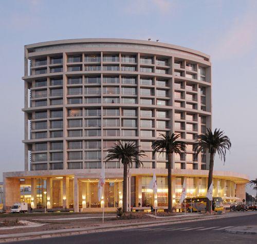 Así de lindo se ve el Hotel de La Bahía de Enjoy Coquimbo en un atardecer.