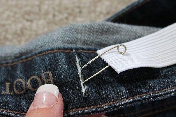 Как ушить джинсы в поясе. Мастер-класс.  Джинсы не всегда идеально садятся по фигуре, особенно в области талии. Это создает особый дискомфорт, когда мы садимся или наклоняемся — брюки сползают, открывая нижнее белье. Исправить ситуацию можно с помощью небольшой резинки.  Вам понадобится: - резинка - ножницы - распарыватель - булавка - швейная машинка  Отрежьте небольшой кусочек резинки. Его длина будет зависеть от того, сколько сантиметров вы хотите убрать в поясе. Чем больше сантиметров —…