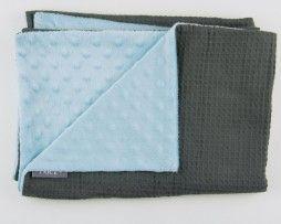 wiegdeken grijze wafel met babyblauwe minky -www.noez.nl-