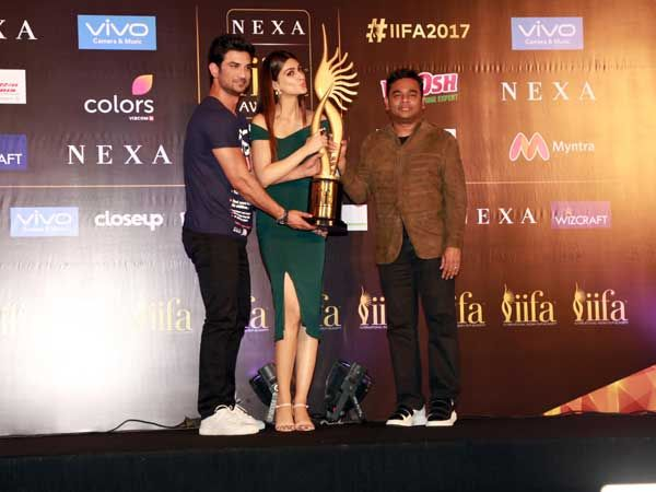#KritiSanon​ Looked Classy & Custom For IIFA Awards​ Press Conference With #SushantSinghRajput​ & #ARRahman​ #bollywoodactress #fashion #elegance #classygirl #greendress