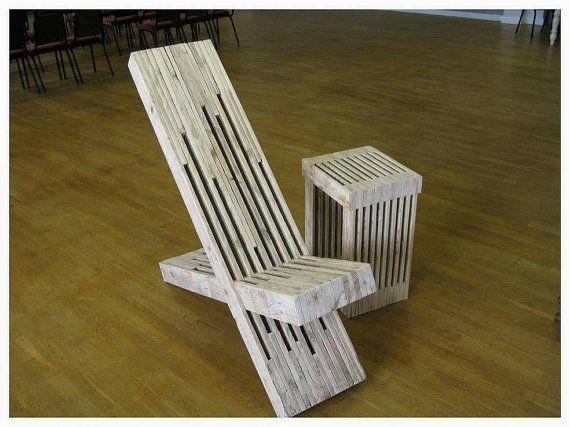 J'ai créé ce fauteuil de jardin/patio élégant et sculptural de bois de palettes récupérées. J'ai nommé affectueusement cet article le trône de palette et je pense qu'il ferait une grande fonctionnalité dans n'importe quel jardin. La chaise est à un angle confortable, incliné qui est parfait pour les jours ensoleillés, paresseux. Texture lisse poncée avec revêtement facultatif à l'huile pour l'extérieur. J'ai aussi un pouf assorti et une table disponible: Repose-pieds: https:/...