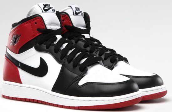 """Nike Air Jordan 1 """"Old Love"""" : รุ่นในตำนานอีกรุ่นของ Nike และ Air Jordan โดยรุ่นนี้ออกมาใน Pack Old-love New-Love โดยรุ่นนี้ใช้สีดำ,แดง และขาว ซึ่งทำให้นึกถึงตอน MJ ตอนที่ยังเล่นให้ Chicago Bull สุดๆ ราคาเปิดตัวอยู่ที่ 6,xxx บาท"""