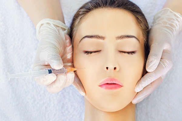 La mesoterapia facial con antioxidantes y oligoelementos como el silicio orgánico ayuda a combatir los radicales libres producidos por la radiación solar