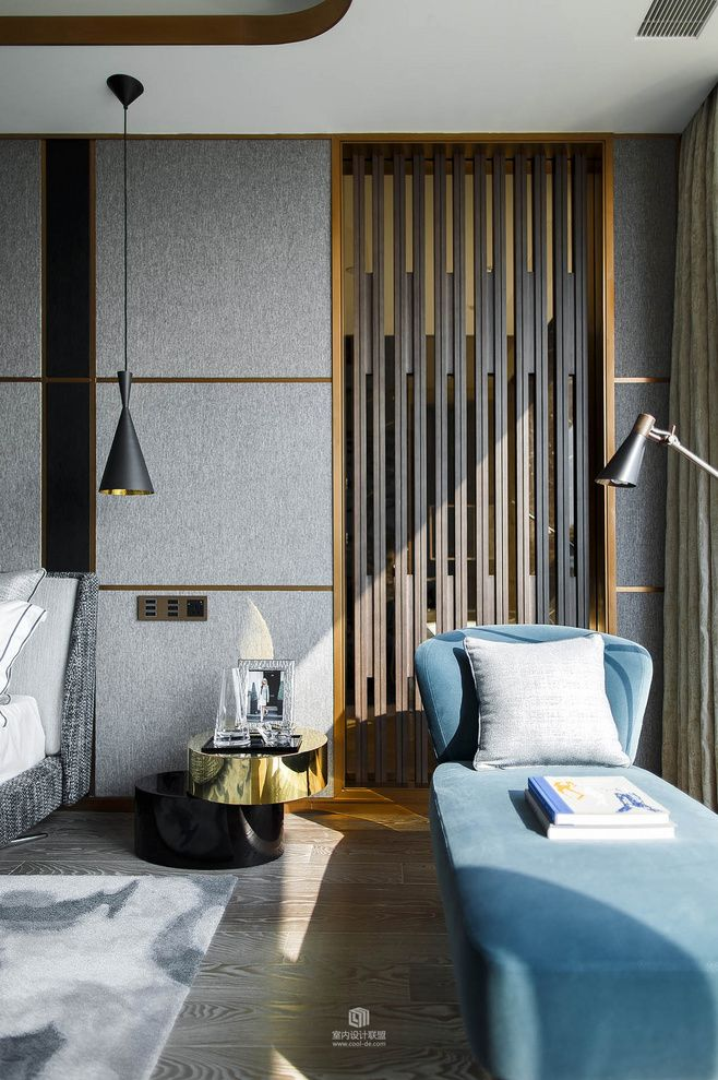 LUXURY DECOR | the perfect modern corner to relax, the blue velvet daybed and the black and brass side table is just perfect  | www.bocadolobo.com #contemporarydesign #contemporarydecor