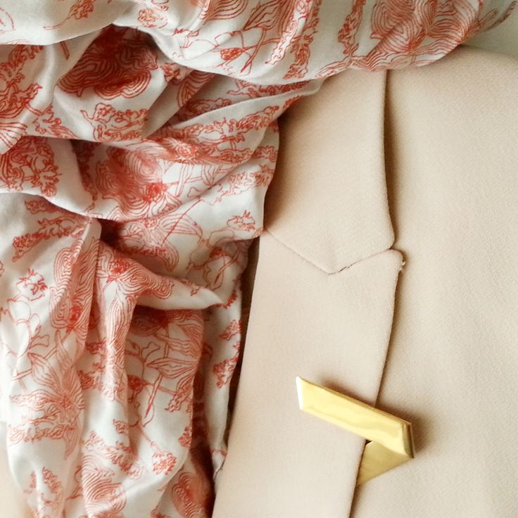 Lunes, pero soleado! Ya el cuerpo pide primavera y es genial para lucir nuestro #broche fold en latón con baño en #oro,  os gusta? ✴ ✴ ✴ spring is coming soon and it is perfect to show our #gold plated brass Fold #pin #brooch, do you like it? http://www.lepagon.com/broche-fold_79.htm . . #LePAGoN #joyas #Madrid #handmade #jewelry #design #minimal #fashion #love #bijoux #cute #joyitas #glam #abstract #exclusive #inspirations #simple #geometry #designer #ootd #origami #architecturelovers