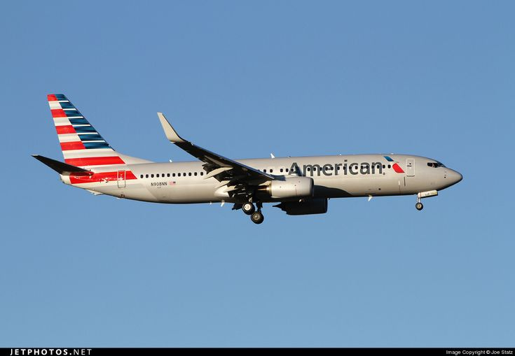 American Airline's new livery on an actual aircraft: Boeing 737-800 (N908NN). Photo by Joe Statz.