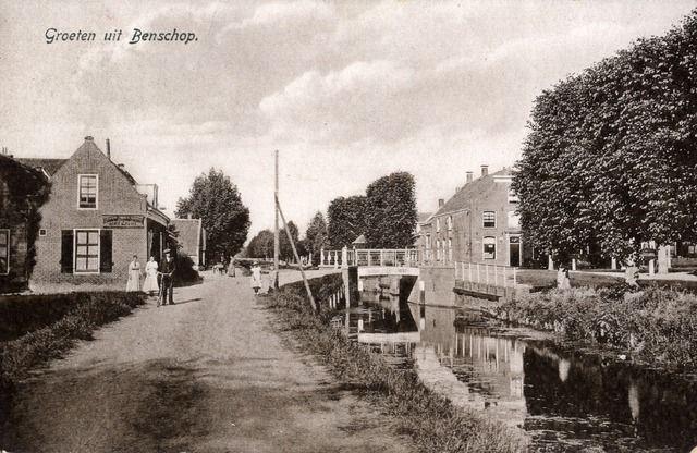 Gezicht op het Dorp en de Benschopper Wetering te Benschop uit het oosten, met rechts het huis Dorp nr. 224.