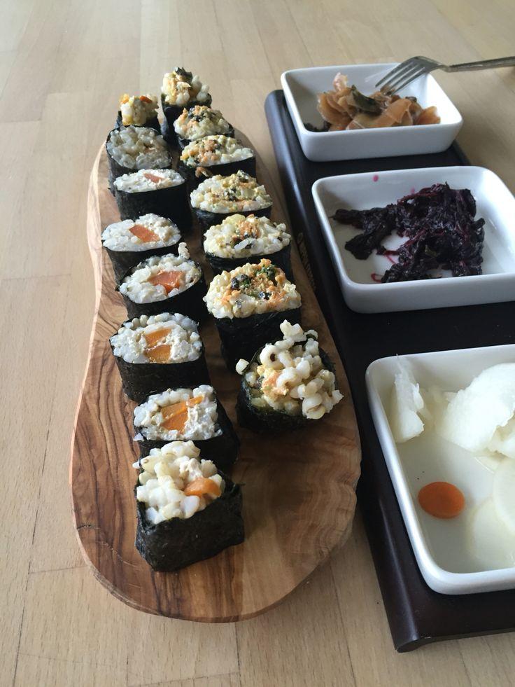 Sushi's van wortel en mierikswortelpasta en sushi's met zeewiersalade (bioplanet). Als je gekookte rijst en worteltjes hebt staan, is dot gerecht zooo klaar. Met Pikkels van gember - shiso - zelfgemaakte daikon. Njammie