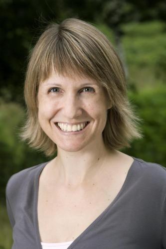 2) Erin Hunter is een pseudoniem dat wordt gebruikt door een schrijverscollectief.  Van de zes schrijvers in dit collectief komen er vijf uit het Verenigd Koninkrijk en één uit Amerika. Erin Hunter is vooral bekend van de boekenserie Warrior Cats.