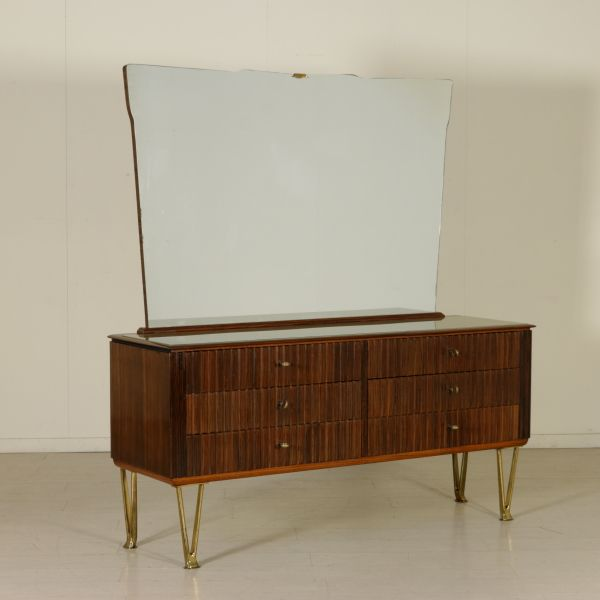 Comò anni 50 con specchio; legno impiallacciato bois de rose, frontali e cassetti grissinati, eleganti gambe in fusione di ottone, vetro retro trattato sul piano.