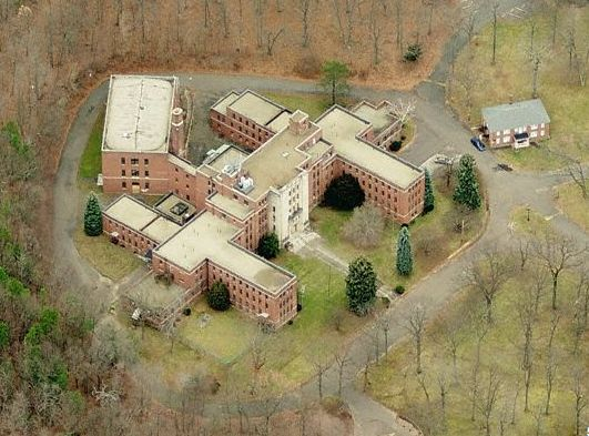 What is it with the state of Connecticut and creepy old mental hospitals? At the base of South Mountain, near Hubbard Park in Meriden sits the abandoned Undercliff Sanatorium, a former state health facility that was closed decades ago but that some claim is still in use—by the ghosts of former patients.