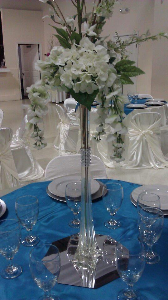 Base de cristal alta con agregado de flores en colores for Bases para mesas de centro