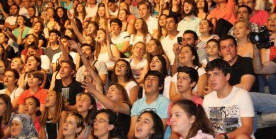 Uluslararası Bergama Kermesi. Türkiye'nin ilk, dünyanın ikinci yerel festivali. BERGAMA KERMESİ İLÇEMİZE ATATÜRK'ÜN ARMAĞANIDIR. Mustafa Kemal Atatürk'ün, 1934 yılında geldiği Bergama'nın tarihsel, kültürel ve doğal güzelliklerinin, bir şenlik ile tanıtılması gerektiğini düşünmesiyle başlayan bir Bergama geleneğidir Kermesler. Şehri gezen ve buranın dünya çapında tanıtılarak turizmin gelişeceğini öngören Büyük Atatürk, böyle bir tanıtımın ancak, her yıl …