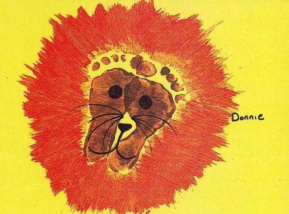 Dibujar león con la planta de los pies. Portada álbum escolar con huellas de los pies. La clase de los leones.