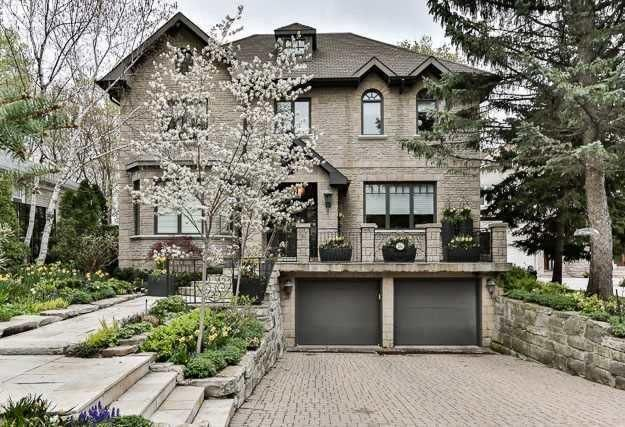 Custom Built Residence By Acclaimed Windermere Homes On Quiet Cul-De-Sac. Nestled In Highly Coveted St. Andrews Enclave.The Utmost In Elegant & Lux.Fin. T/Out. Impressive St. Presence. Bradstone Ext. Updated Chefs Kit.W/Granite C/Tops & Walk-Out To Gdns. Graciously Prop.Princ.Rms Ideal For Ent. Large Priv.Lib. Vaulted Ceils. On Second Lvl. '07 Master 6Pc Ens., Fp & Wic. Fully Fenced Rear Gdn W/Ample Greenery. Wkl Up L/L W/Gar.Access, Two Bdrs & Sprawling Rec.Rm