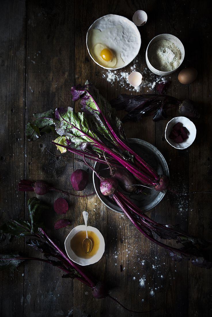 Gnocchi di barbabietole conditi con pesto di spinaci, noci e primosale, un primo piatto colorato e originale, veloce da preparare e sano