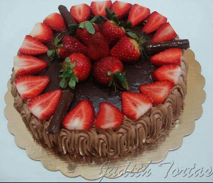 Torta de chocolate rellena de crema de chocolate y fresas decoraci n ganache de chocolate y - Decoracion con chocolate ...