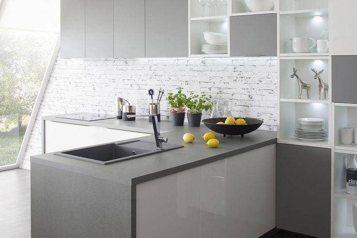 Kuchyně Tiffany | SIKO KUCHYNĚ Design kuchyně Tiffany je charakteristický použitím úchytky, která je osazena do hrany dvířek. Materiál dvířek je speciální laminovaná MDF deska při výrobě níž je používaná inovativní UV technologie. Konečná úprava povrchu na vysoký lesk nebo SuperMom tento materiál zařazuje do kvalitativně nejvyšší skupiny.