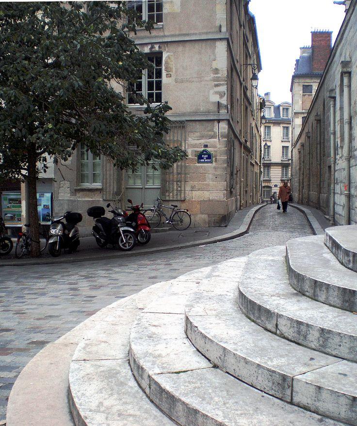 St Etienne du Mont, rue de la Montagne Geneviève - Gil waiting on the stairs - Midnight in Paris