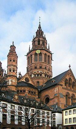 Catedral de Maguncia. Alemania.  Románico.  Fue comenzada en 975. Es una enorme e imponente basílica de arenisca roja y uno de los más destacados ejemplos de arquitectura románica existentes en el mundo. Junto con las cercanas catedrales románicas de Espira y Worms constituye una una de las llamadas catedrales imperiales.