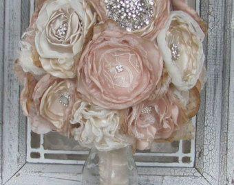 Brautjungfer Bräute Stoff Hochzeit Blumengesteck von theraggedyrose