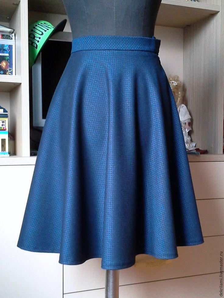 Шьем юбку-полусолнце из тонкой костюмной ткани. Обхват талии заказчицы — 63см. Длина юбки — 53 см. Делаем простейший расчет радиуса для юбки полусолнце: О.Т. / 3.14 = 63 / 3.14 = 20 см. Складываем ткань пополам по кромке с одной стороны. Ширина ткани 150 см. На юбке будет один шов с молнией вдоль кромки. Оставляем припуск на шов 1-1.5 см. От точки пересечения сгиба ткани и меловой линии откладываем радиус 20 см. И рисуем плавную линию талии.